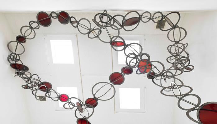 ふりそそぐもの/赤(部分) 2018 鉄、ガラス 653×631×500cm