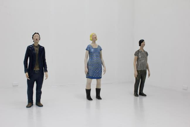 (左)立像-深さを探す男 2011 施釉陶  H107 x W35 x D23cm-(中)立像-街を着る女- (右)立像-星が舞う女-