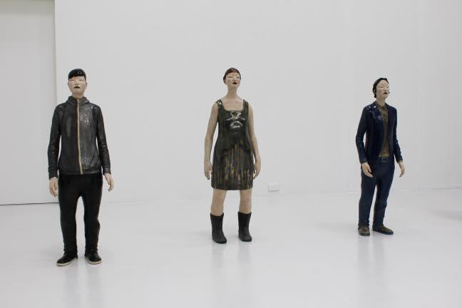(左)立像-迷子の男- 2011 施釉陶  H109 x W36 x D18cm (中)立像-森が降る女- (右)立像-深さを探す男-