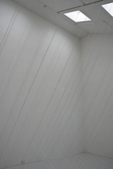 Kotted Thread - White - Frome arc from 330cm high - every 1cm -(高さ330cmから弧 -1cmの間隔で-) 2010 silk thread