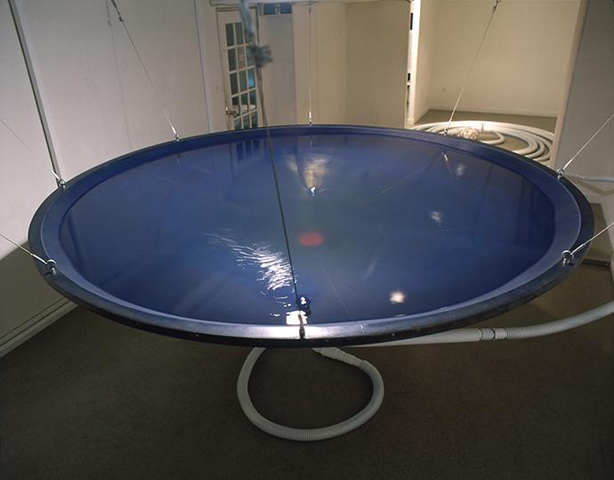 ポ・ン・プ 1991 水、海水、ポンプ、ビニールホース、ウレタン塗料、光 390×850×230cm