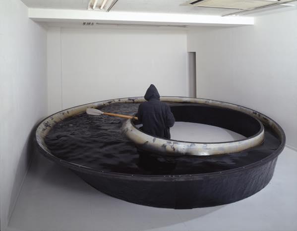 舟ー今を見つづける為にー 2007 水、FRP、廃油、オール、銅材、木、顔料 h55×φ460cm
