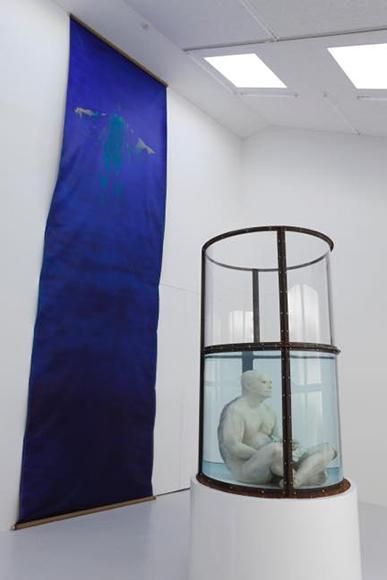 意識のかたまり 2009 (立体)水、樹脂、銅材、塗料 H2730×φ1450mm (平面)キャンバス、アクリル絵具 H6530×1900mm
