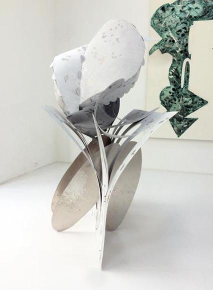 「クッション(尻)」2018 キャンバス、酸化被膜したアルミニウム h154×w80×d110cm