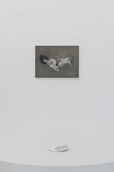 (上)眠る人 2019 綿布、水性絵具、パネル 24.0×33.8cm (下)てのひらの風景 2011 石塑粘土、水性絵具 3.0×14.5×8.0cm