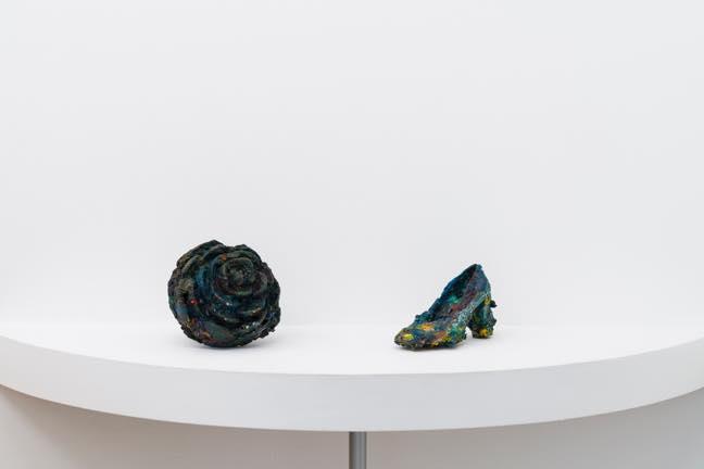 (左)ボタン 2017 プラスチック、油絵の具 h20×w21×d21.5cm (右)片方の女性靴 2018 女性靴、油絵の具 h14×w23.5×d11cm_