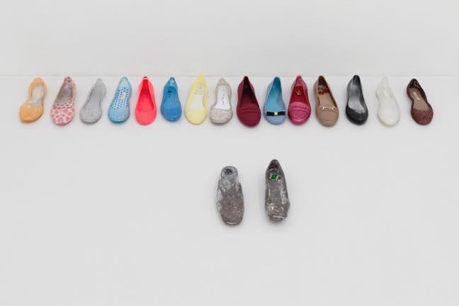 片方の女性靴(17個組) 2017 ブロンズ 片方の女性靴 アクリル塗料 装飾小物