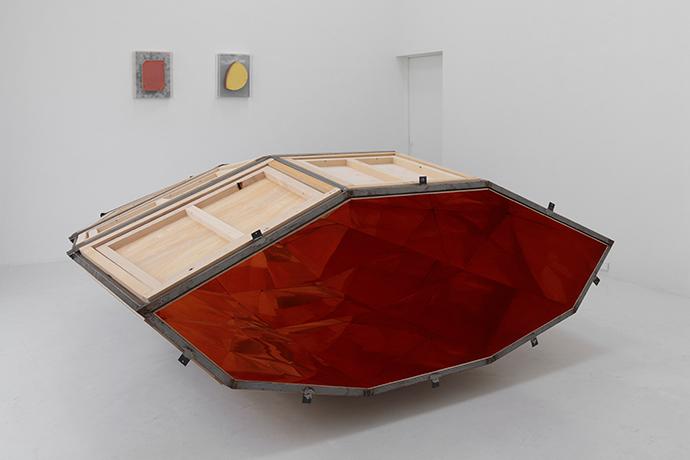 赤い内部を持つ形 2014 木、鉄、鋼鉄 h115×w284×d290cm