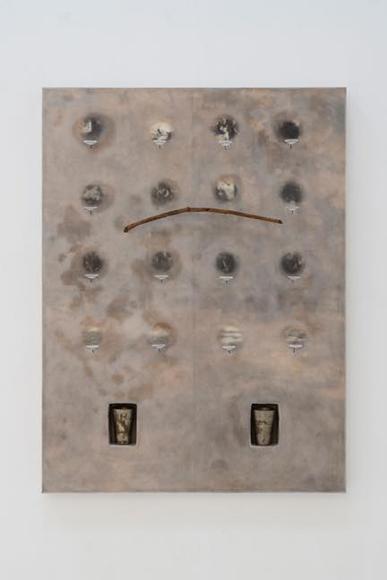 人為 1992 ワックス、ガラス板、真鍮カップ、棒、写真 120x8.5x160.5cm
