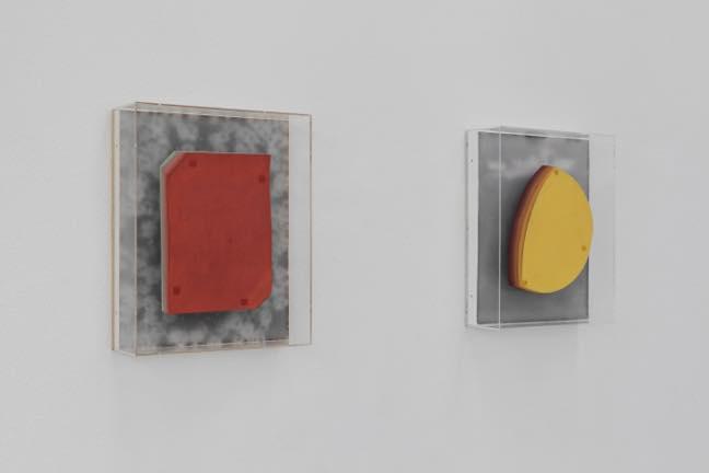 (左)特定空間内の色-オレンジ(右)特定空間内の色-黄 2013 木、写真、ワックス、アクリルボックス、紙に着彩 h448×w360×d123mm