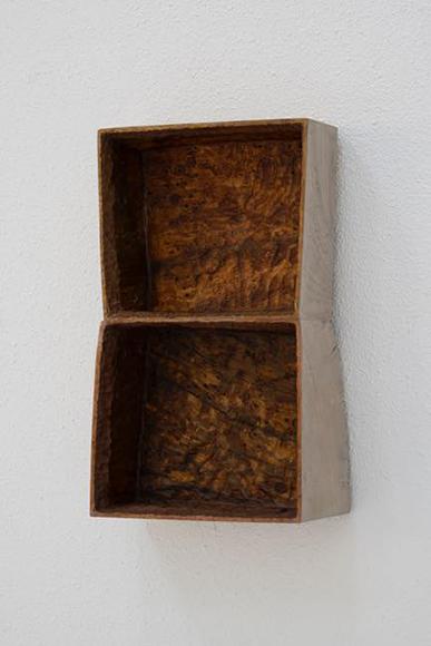 開かれた箱 2016 木、樹脂 280x105x425mm