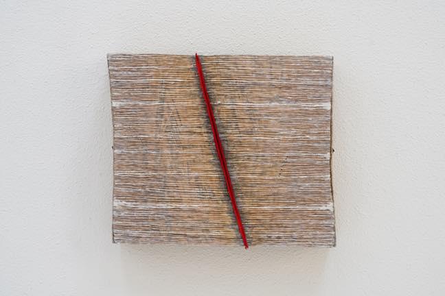 ハサマレた赤い線 2019 木、紙、アクリル 34.5x10.5x28.5cm